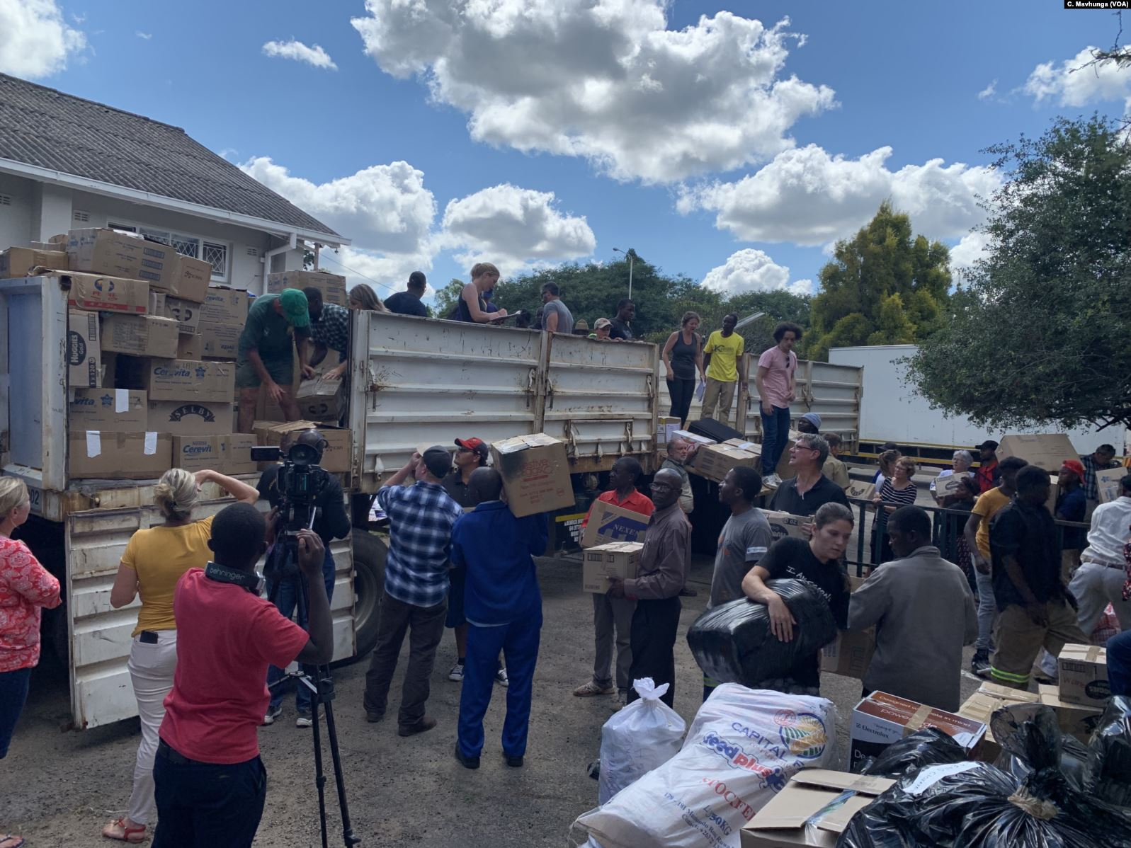 Volunteers bring donated goods to be transported to Chimanimani and other affected areas by Cyclone Idai, March 19, 2019. Credit: Columbus Mavhunga/VOA [Public domain]